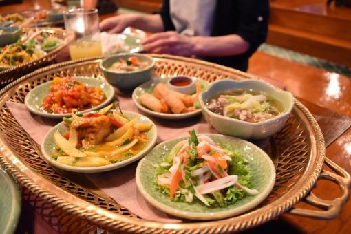 タイ 料理 おいしい 皿 パクチー カレー 辛い 豪華 異国 コース 揚げ物 煮物 セット 小皿 サラダ 玉ねぎ 旅行 感動 夏 家族 休み