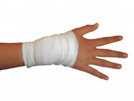 包帯 手 ケガ 手術 骨折 手 爪 指 人物 痛い 病院 キリヌキ 切抜 切り抜き 切り取り 切取 キリトリ 背景白 病院素材 ケガ素材 素材 手術素材 処置 包帯の巻き方 手当て 手首 捻挫 ねんざ 回復 重症