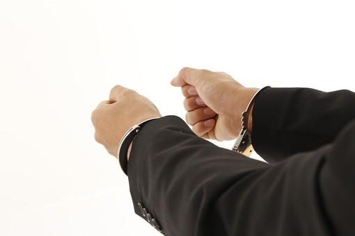 人物 男性 スーツ 手 手錠 犯罪 犯人 犯罪者 逮捕 検挙 違法行為 不法行為 事件 窃盗 詐欺  罪 現行犯 容疑者 捕まえる 捕まる 白バック 白背景 後悔 ビジネス 企業犯罪 組織犯罪 不祥事 信用失墜 汚職