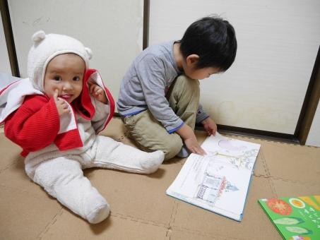 赤ちゃん お座り 子供 着ぐるみ ポンチョ あっかんべー 絵本 読む