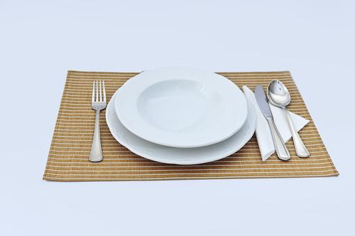 食器 洋食器 カトラリー 銀色 食事 ナイフ フォーク スプーン 皿 白 ランチョンマット 食卓 雑貨 テーブルウェア 料理 集まり 朝食 昼食 夕食 食前 準備 レストラン カフェ 片付ける テーブル 並べる 食べる