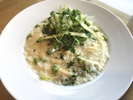リゾット チーズ 米 ライス アスパラガス 野菜 豆 皿 カフェ ランチ ディナー
