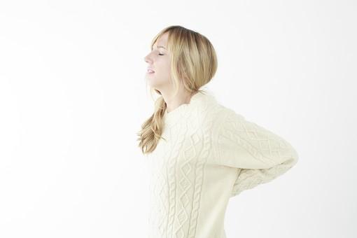 人物 女性 20代 外国人 外人   外国人女性 外人女性 モデル 若い セーター   ニット 私服 カジュアル ポーズ 金髪   ロングヘア 屋内 白バック 白背景 背中 押さえる 痛い 背筋 伸ばす ストレッチ 横向き 横顔 上半身 mdff045