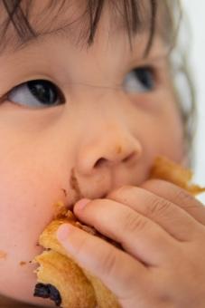 人物 日本人 部屋 屋内 室内 ポートレート パン 食べ物 朝食 食事 かわいい 子供 男の子 家 女の子 幼児 こども 子ども 食べる 1人 子育て 可愛い 赤ちゃん 人間 クロワッサン 軽食 顔 育児 チョコレート チョコ ピュア 幸せ アジア人 肖像 純粋 園児 食す 2歳 純真 無垢 1歳 パクパク 人物写真 ムシャムシャ 日本のこども