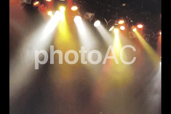 白と黄色のスポットライトの写真
