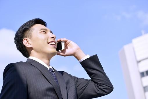 日本人 男性 男 男子 Men スーツ 背広 仕事 Job 働く サラリーマン 就労 労働 勤労 勤務 ビジネス  業務 お仕事 会社 オフィス 事務所 通勤 青空 快晴 晴れ 天気 爽やか 屋外 野外 ビル 携帯 ケータイ スマホ Iphone 通話 会話 電話 20代 30代 ビジネスマン mdjm001