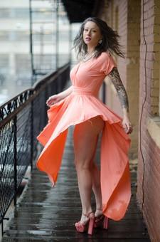 人物 女性 女 女の子 20代 外国人 白人 外人 若い 色白 化粧 メイク ヘアカラー アッシュグレイ アッシュグレー ネックレス ドレス ドレープ ハイヒール 厚底 タトゥー 入れ墨 刺青 セクシー 魅力的 振り向く 振り返る 動き モーション 屋外 建物 フェンス 柵 雨降り 雨天 カメラ目線 ポーズ ポートレート