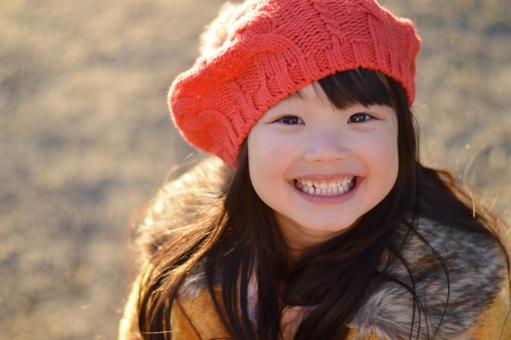 笑顔 子供 こども 子ども 女の子 笑う 帽子 冬 ニット帽 コート 12月