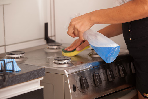 屋内 室内 部屋 家事 生活  暮らし 家庭 家 住宅 掃除  清掃 台所 キッチン ガスレンジ コンロ 人物 女性 手元 アップ 洗剤 ボトル 液体 スポンジ 磨く ガンコな 汚れ 拭く ふく  ガスコンロ ハウスクリーニング ハウスキーピング