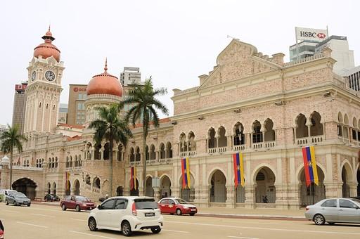 外国 東南アジア マレーシア マレー半島 クアラルンプール 首都 世界都市 KL 観光地 観光 名所 建物 歴史 古い 伝統 ムルデカ広場 ムルデカスクエア 独立広場 自動車 道路 交通 国旗 空 室外 屋外 景観