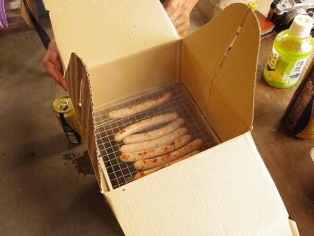 燻製 薫製 くん製 ウインナー ソーセージ 豚肉 豚 香りつけ 香り付け ペレット チップ ウッド ウッドチップ ダンボール 段ボール 段ボール箱 ダンボール箱 バーベキュー キャンプ camp bbq ランチ パーティー 夏