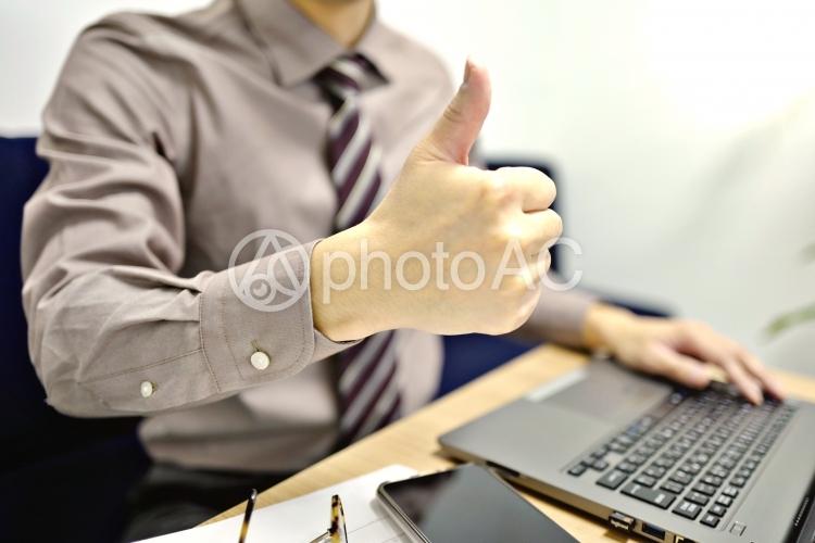 グッド ビジネスマン エンジニア 会社員,ビジネス,若い,人物,日本人,20代,仕事,笑顔,メール,座る,屋内,室内,私服,PC,ノートパソコン,パソコン,勉強,勤務 オフィス,キーボード,事務,デスク,人の写真