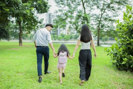 公園にいるアジア人ファミリー1の写真