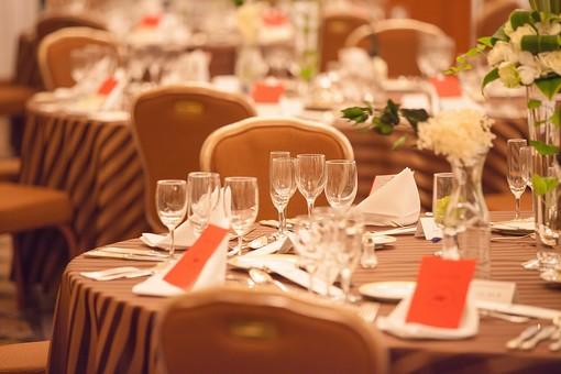 ホテル 結婚式場 室内 屋内 部屋 広間 大広間 ウェディング Wedding パーティー お祝い 会場 記念日 卓上 インテリア おしゃれ ブライダル スタイリッシュ 装飾 明るい 綺麗 きれい 可愛い テーブル グラス 席札 ナフキン ナプキン