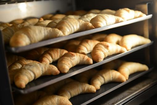 クロワッサン パン ブレッド 朝食 オーブン 焼く 窯 手作り パン屋 工房 料理 軽食 調理 厨房 ベーカリー ホテル
