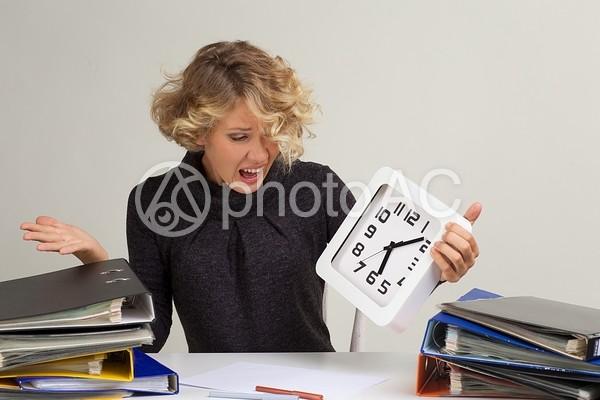 四角い時計を持って叫ぶ金髪外国人女性2の写真