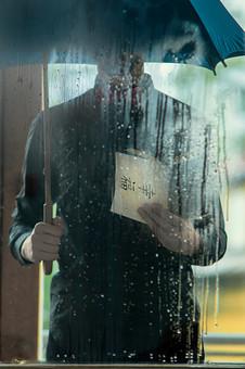 本 ブック 書物 書籍 図書 読書 読む 趣味 勉強 人物 男性 男 髭 上半身 ページ 捲る めくる 開く 接写 クローズアップ 窓 窓越し 硝子 ガラス ガラス越し 硝子越し 露 結露 水滴 雨 あめ 天気 傘