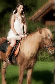 人物 女性 外国人 外人 外国人女性  外人女性 モデル ロングヘア 長髪 黒髪  ファッション フォークロア フォークロア調 ボヘミアン 民族衣装  エキゾチック 幻想 幻想的 ロマンチック ファンタジー 屋外 野外 外 牧場 動物 馬 乗馬 笑顔 mdff086