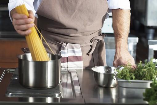 厨房 台所 キッチン 料理 調理  コック シェフ 料理人 レストラン 仕込み 下準備 野菜  エプロン ふきん 鍋 パスタ スパゲッティ カッペリーニ フェデリーニ 香草 野菜 香辛料 茹でる 男性 人物 手 腕 持つ 入れる たくさん 麺  外国人