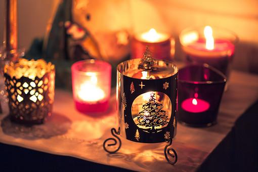 もの 雑貨 無機物 スケッチ イメージ 背景 影 光 置く 小物 インテリア キャンドル ろうそく 火 明かり 灯 ゆらめき 暖かい やさしい 癒し 溶ける 燃える クリスマス 冬 季節 シーズン ムード おしゃれ キャンドルスタンド 演出 雰囲気 たくさん