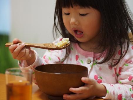 女児 幼児 ご飯 ごはん 雑炊 おかゆ 風邪 日本人 子ども 子供 girl child kids japanese cold pajamas おぢや 体調不良 病気 食欲 食卓 インフルエンザ 少女 育児 好き嫌い パジャマ 食事 女の子