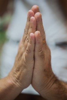 人物 老人 お年寄り 高齢者 シルバー 年老いた手 ハンドパーツ 手 指 ハンド パーツ 手の表情 年老いた手 皺 しわ シワ クローズアップ 重ねる 手を合わせる 2人 二人 手のひら 掌 愛情 支える 医療 福祉 手元 指先 手先 拝む 合掌