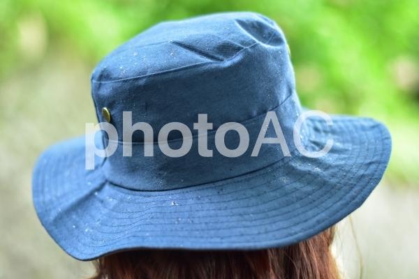 青い帽子と雨の写真