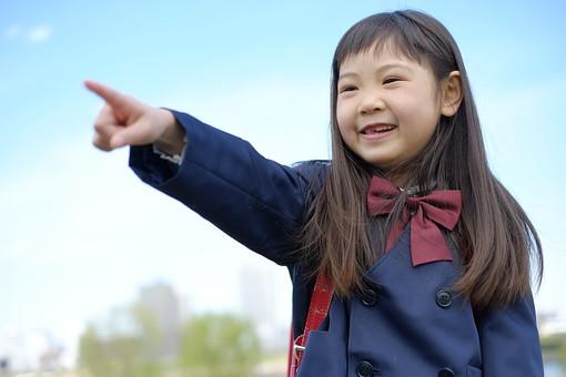 人物 子供 こども 女の子 女児 児童 少女 小学生 入学式 進級 進学 入学 学校 新入学 制服 私立 礼服 正装 春 青空 樹木 指さす 屋外 ランドセル 通学 登校 下校 登下校 通学路 日本人  mdfk021