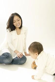親子 母子 親 おや 母 母親 ママ マザー 子ども 子供 子 赤ちゃん 赤ん坊 乳児 幼児 ベイビー 絆 笑顔 笑う 女性 女 人物 触れ合い ふれあい 室内 部屋 座る ハイハイ 玩具 おもちゃ 車 遊ぶ 日本人 mdfk008 mdjf016