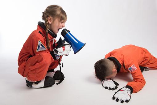 グレーバック 背景 グレー 子ども こども 子供 2人 ふたり 二人 男 男児 男の子 女 女児 女の子 児童 宇宙服 宇宙 服 スペース スペースシャトル 宇宙飛行士 飛行士 オレンジ 希望 夢 将来 未来 体験 職業体験 職業 小道具 小物 うるさい 煩い 五月蠅い 拡声器 マイク ハンドマイク 叫ぶ 大音量 ボリューム 全身 座る しゃがむ うつ伏せ 突っ伏す 外国人  mdmk009 mdfk045