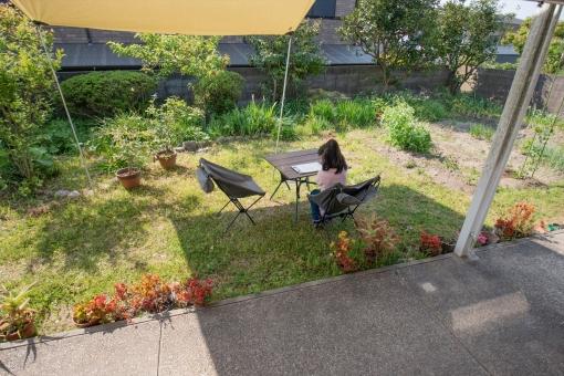 テーブル 女の子 勉強 庭 宿題 チェア 課題 ガーデン テラス アウトドア 日陰 バルコニー 自宅 日よけ キャンプ 頑張る タープ ゴールデンウィーク 一年生 1年生 折り畳み椅子 勉強する 休校 自粛 庭キャンプ 折り畳みテーブル ステイホーム