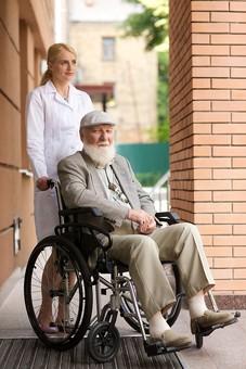 病院 医院 診療所 屋外 外 外国人 白人 男性 老人 高齢 高齢者 おじいさん おじいちゃん 髭 ヒゲ ひげ 白髪 女性 金髪 白衣 車椅子 車いす 座る 乗る 乗せる 上着 ジャケット  ハンチング帽 押す 全身 女医 医者 医師 mdjms016       mdff142