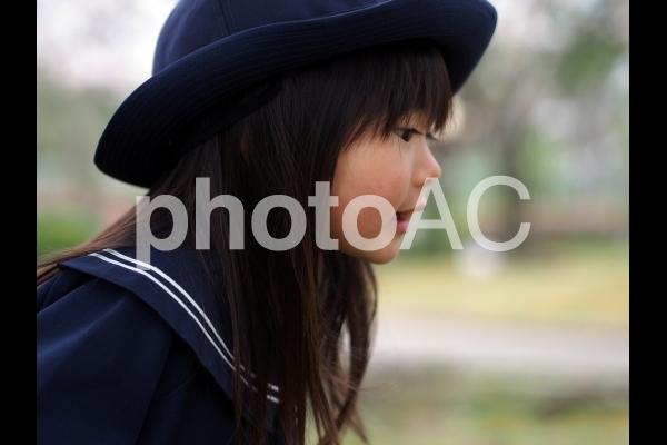 女の子の横顔の写真