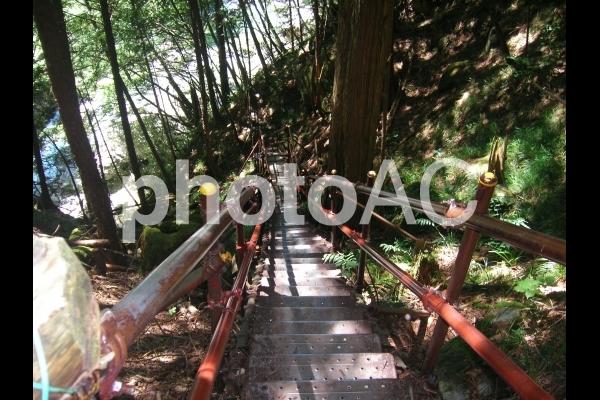 滝に続く階段の写真