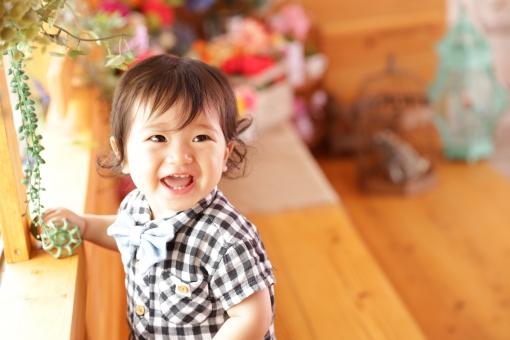 誕生日 お祝い 記念日 記念 記念写真 記念撮影 1歳 こども 子供 子ども あかちゃん 赤ちゃん ベビー baby 少年 男の子 楽しい エンジョイ おめでとう 宝物 笑顔 ギンガムチェック 蝶ネクタイ