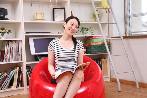 女性 若い女性 女 人物 部屋 一人暮らし リラックス 日本人 ライフスタイル 20代 休日 笑顔 スマイル イス 椅子 雑誌 座る くつろぐ 寛ぐ のんびり リビング 休み オフ ソファ 生活 暮らし mdjf001