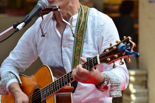 音楽 楽器 ミュージック 演奏 演奏会 コンサート ステージ ライブ 趣味 イベント プレイ パフォーマンス 弾く 会場 舞台 ミュージシャン アーティスト 音楽家 演奏家 ギター アコースティックギター フォークギター ハーモニカ ギタリスト シンガーソングライター マイク マイクロホン マイクロフォン