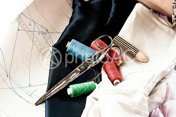 型紙と布と裁ちばさみとチャコと糸の写真