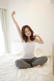 日本人 女性 女 30代 アラサー ライフスタイル 部屋 ベッドルーム 寝室 室内 ポーズ キャミ キャミソール 部屋着 スエット ナチュラル ミディアムヘア ベッド 布団 寝起き 朝 モーニング 目覚め 健康 健康的  爽やか さわやか すっきり スッキリ ストレッチ 体操 伸び 伸びる  胡坐 あぐら 座位 座る mdjf013
