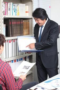 人物 日本人 男性 中年 上司  ボス 社長 仕事 ビジネス ビジネスマン  サラリーマン 会社員 会社 屋内 室内  社内 オフィス スーツ オフィスワーク 部下 2人 打合せ 打ち合わせ 書類 ファイル 資料 指示 本棚 オーバーリアクション mdjm010 mdjm009