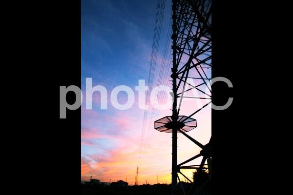 鉄塔と夕焼け空の写真