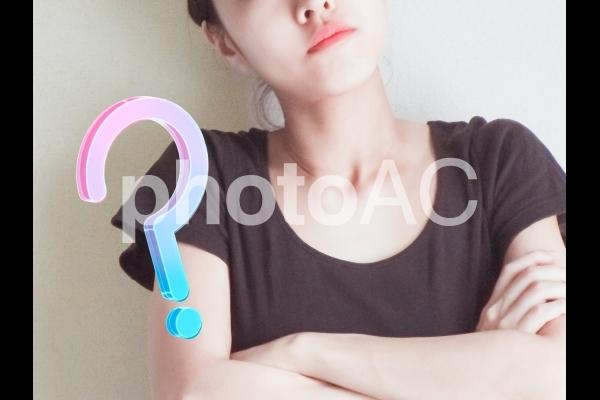 考え込む女性の写真