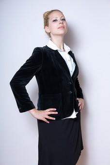 人物 肖像 ポートレイト モデル スナップ ポーズ カット 女性 若い きれい 美しい 美人 20代 ビジネス オフィス 先生 教師 講師 教える 指導 先輩 発表 プレゼン ジャケット スーツ アップスタイル お団子 白人 金髪 仁王立ち ジェスチャー 見下す 白バック 白背景  外国人 mdff014