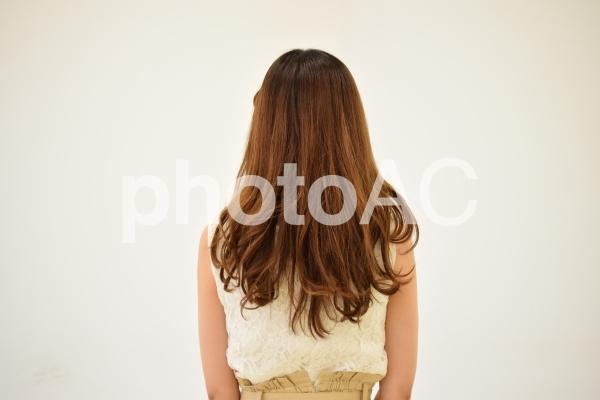 ロングヘアの女性の後ろ姿の写真