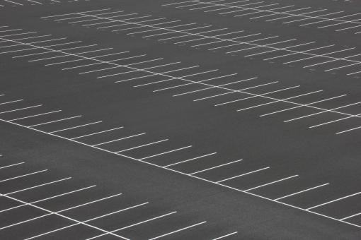 駐車 車 自動車 大型駐車場 敷地 広い 広大 何百台 台数 収容 駐車スペース スペース カースペース 買い物 テーマパーク 遊園地 ショッピングモール デパート スタジアム 渋滞 混雑 キャパ キャパシティ 場所 背景 素材 景色 ガラガラ 駐車する 土地