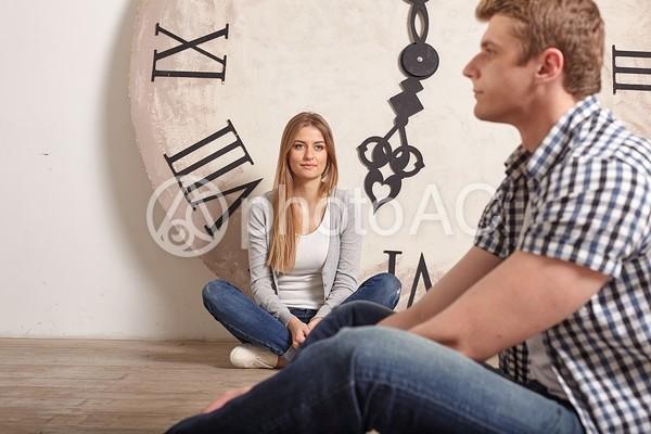 大きな時計とカップル12の写真