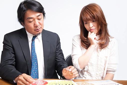 人物 日本人 男性 女性 部下 上司 クライアント  仕事 職業 デザイナー グラフィックデザイナー  屋内 白バック 白背景 室内 広告 会社  悩む 迷う 選ぶ 選択 チョイス チラシ 色校 見本 テーブル オーバーリアクション mdfj012 mdjm010