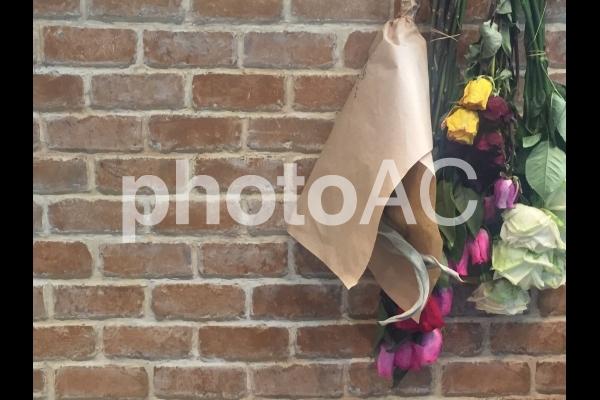 ドライフラワーとレンガの壁の写真