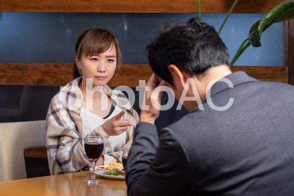 レストランで食事する男女の写真