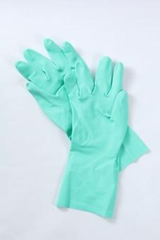 掃除 清掃 掃除用品 掃除グッズ お掃除 お風呂掃除 バス掃除 キッチン掃除 床掃除 トイレ掃除 シンク掃除 アップ 接写 汚れ 手袋 5本指 親指 人差し指 中指 薬指 小指 ゴム手袋 緑色 白背景 装着
